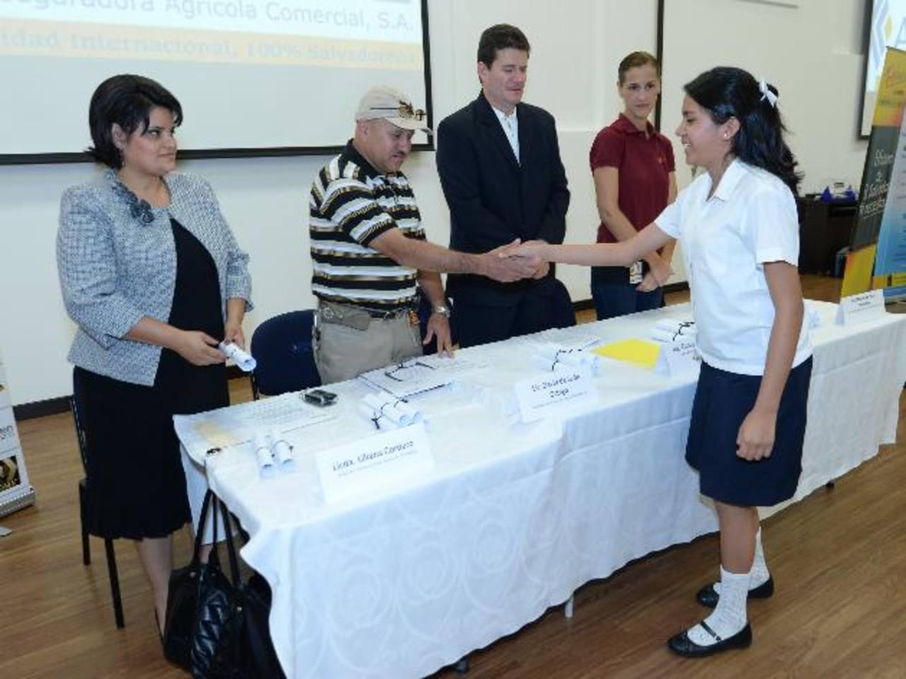 Autoridades de ACSA, Fepade y los directores de los centros escolares entregaron las becas. Fotos EDH / douglas urquilla