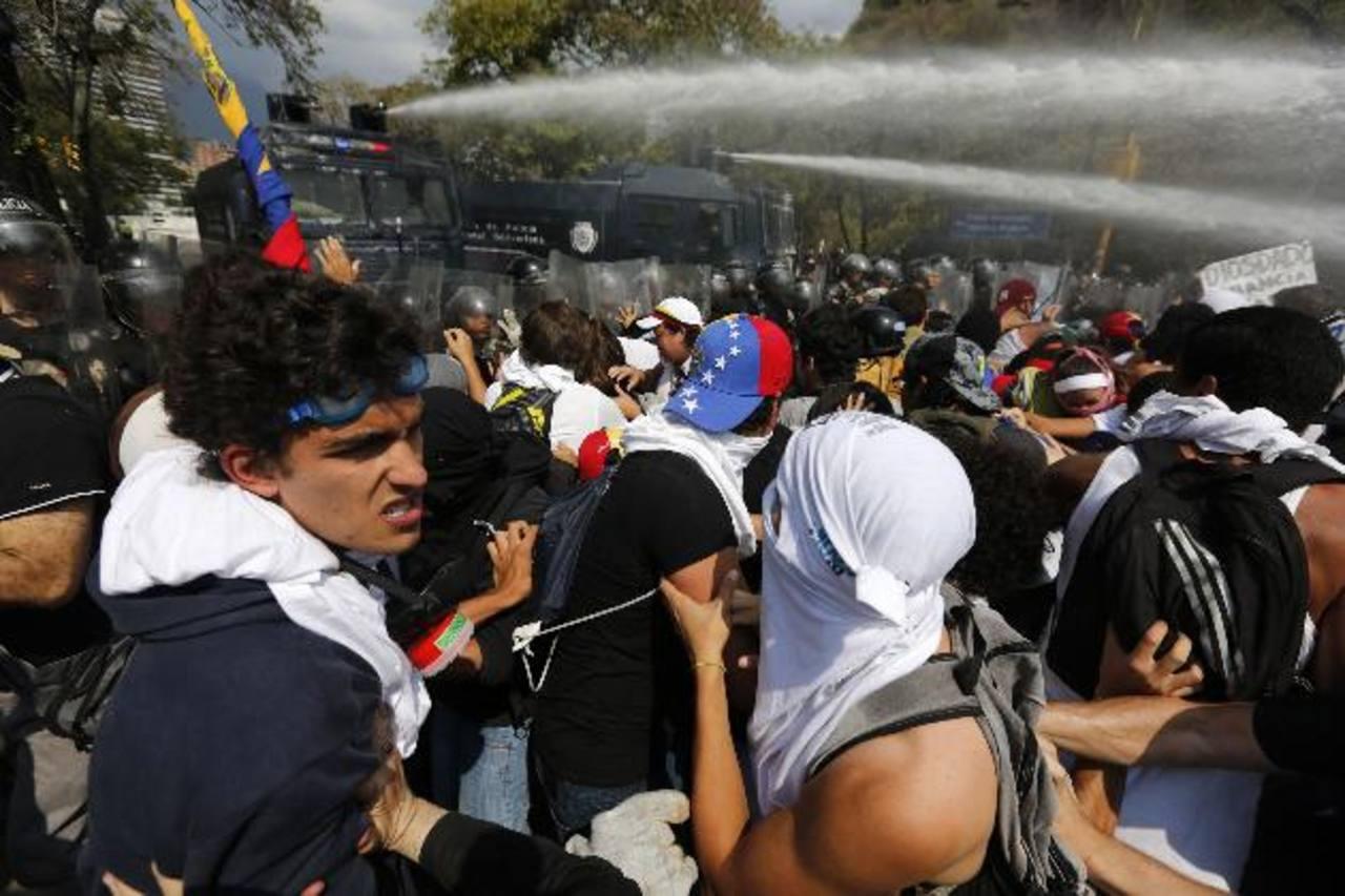 Los manifestantes fueron dispersados con gases lacrimógenos, balas y chorros de agua, para impedir que llegaran hasta el centro de Caracas. foto edh /Reuters