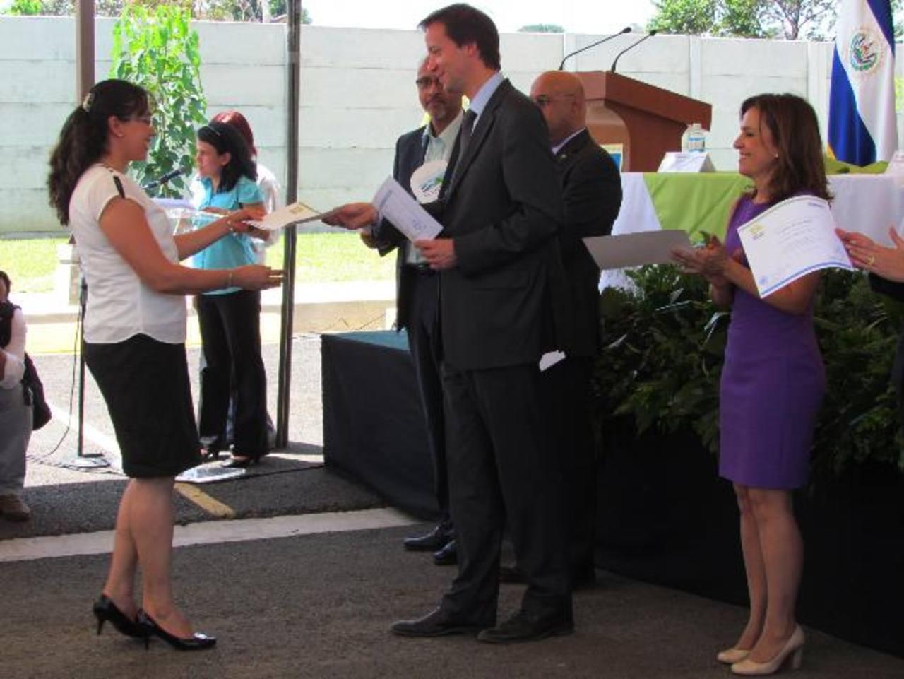 Los funcionarios participaron de la graduación de 1,118 mujeres de 16 municipios del occidente del país, quienes se incorporaron a 64 talleres vocaciones. Fotos EDH / Mauricio Guevara