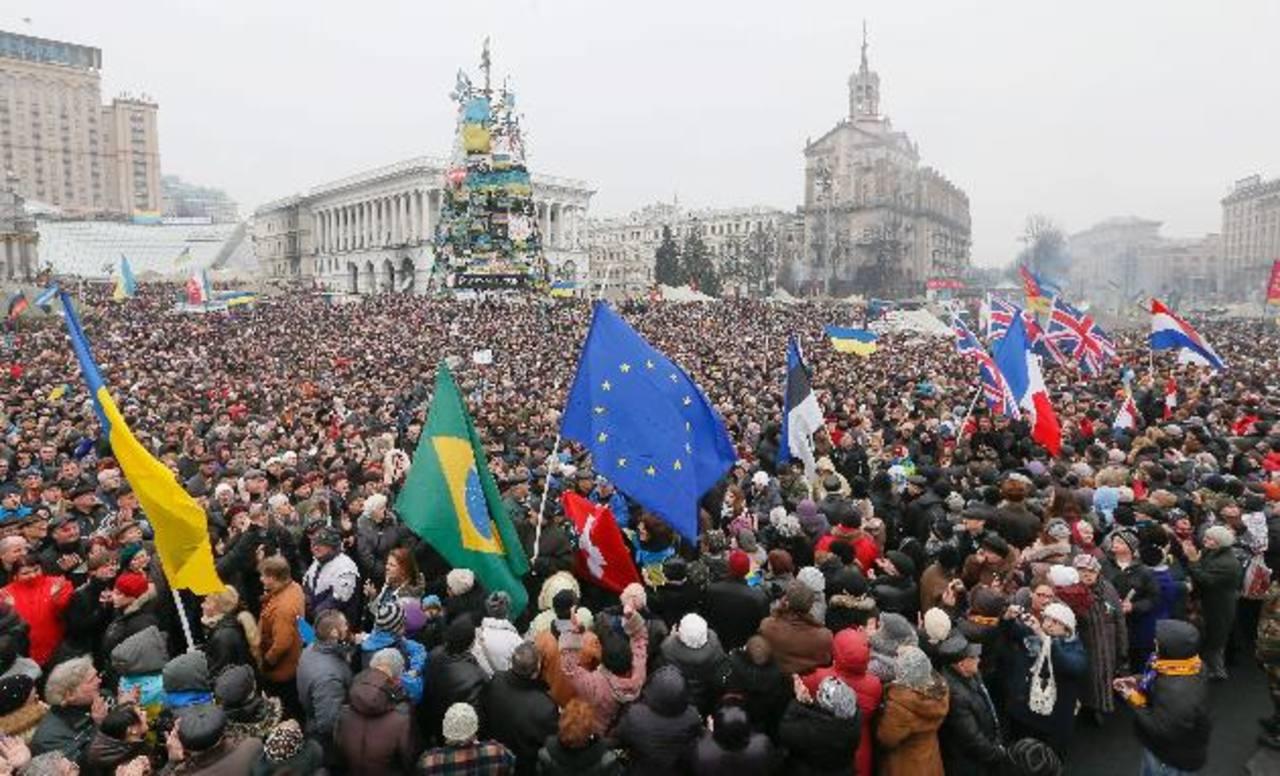 Cientos de personas protestan en Kiev contra el gobierno del ruso Vladimir Putin y por haber invadido Crime el sábado. foto edh / efe