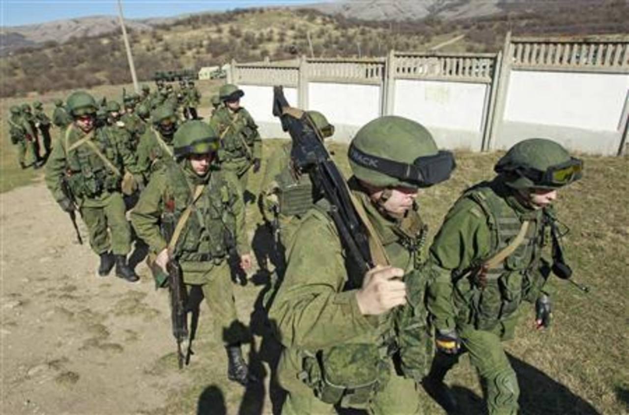 Presuntos soldados del Ejército ruso en formación a las afueras de terreno militar ucraniano en Perevalnoye. Foto Reuters