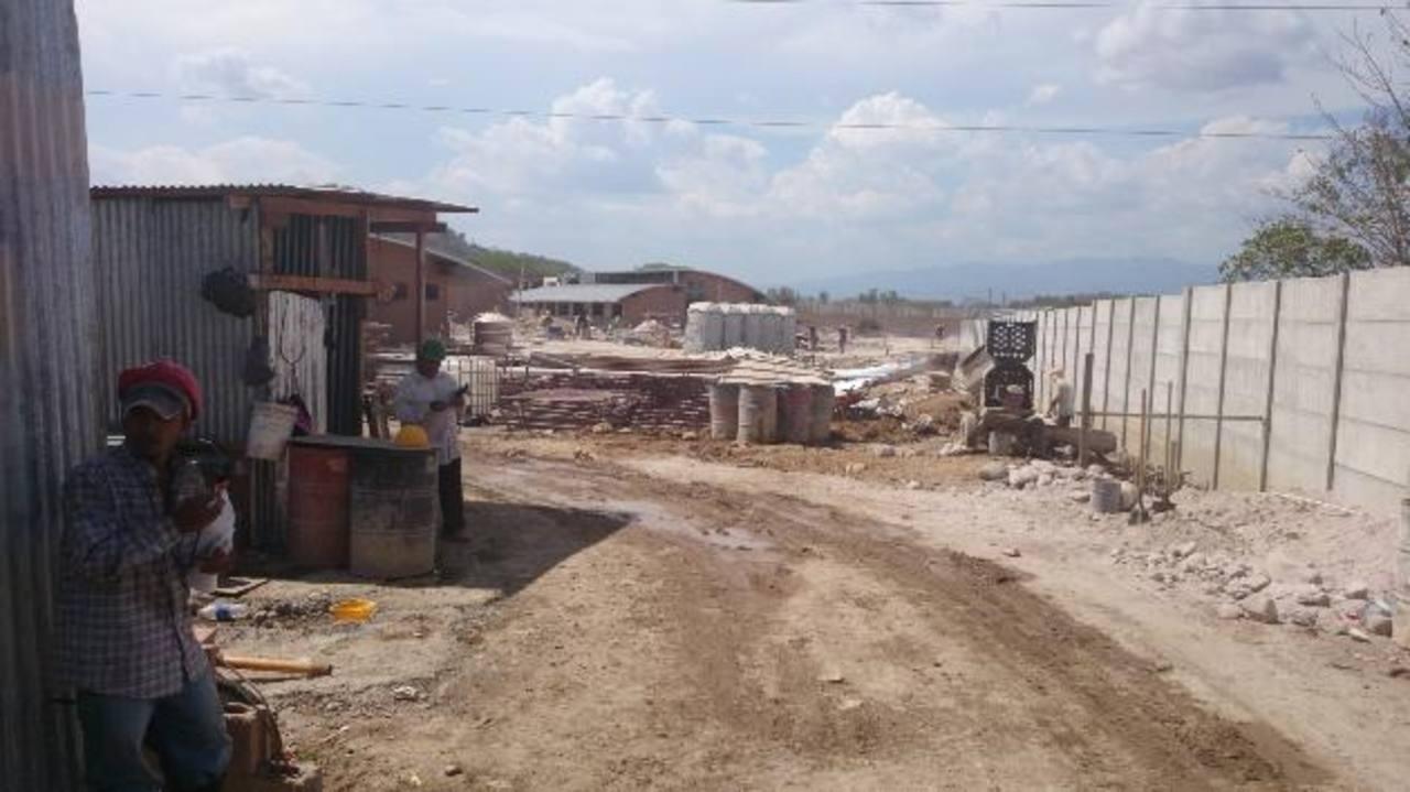 El presidente de Corsain, Emilio Henríquez, afirmó que los terrenos del Estado en Morazán han sido invadidos por 114 personas, pues ellos tienen escrituras. Foto EDHSegún el alcalde de El Divisadero, Rubén Benítez, hay documentos que prueban que los