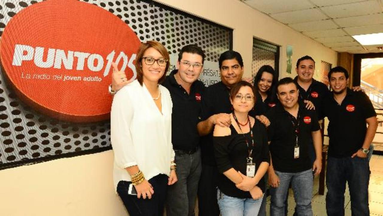 El staff de Punto 105, la radio del joven adulto (105.3 FM) contaron con una programación especial para festejar con los radioescuchas salvadoreños. FOTO EDH/ René Quintanilla