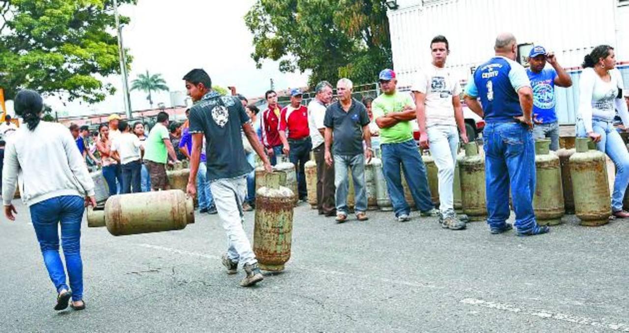 Decenas hacen largas filas para poder comprar un cilindro de gas, ayer, en un punto de distribución de PDVSA en San Cristóbal, capital de Táchira. foto EDH
