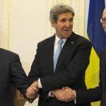 El Presidente Interino de Ucrania, Oleksandr Turchinov, con el Secretario de Estado de EE.UU., John Kerry, y el Ministro Interino, Arseny Yatseniuk, durante su reunión esta mañana. Foto Reuters