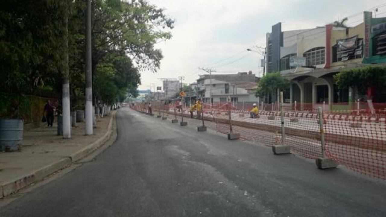 Desde este lunes, los automovilistas que viajan de Soyapango a San Salvador, en el sector del Parque Infantil, utilizarán el carril del Sitramss. Foto vía Twitter Nidia Hernández