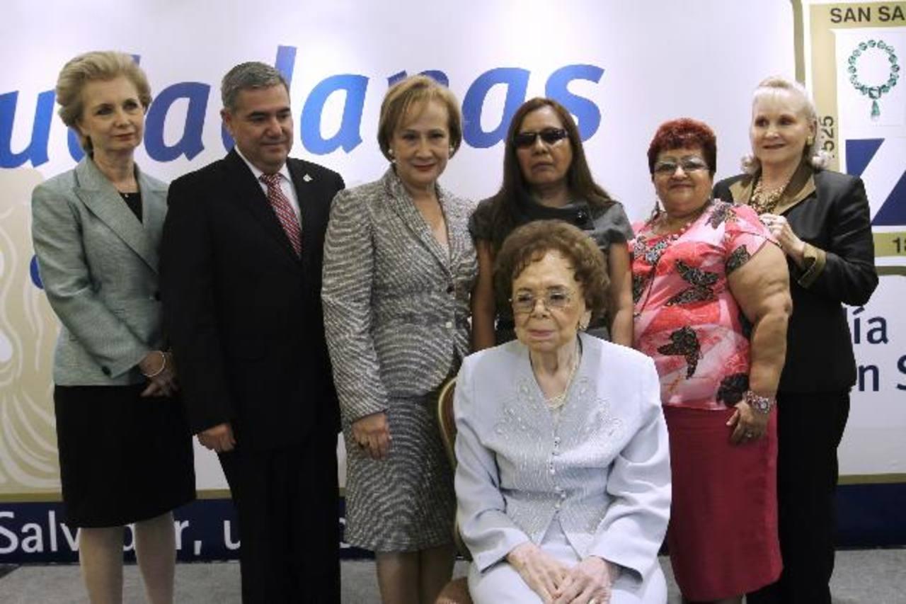 La alcaldesa de San Salvador Gloria Calderón Sol y miembros del concejo, entregaron reconocimientos. foto edh / Cortesía