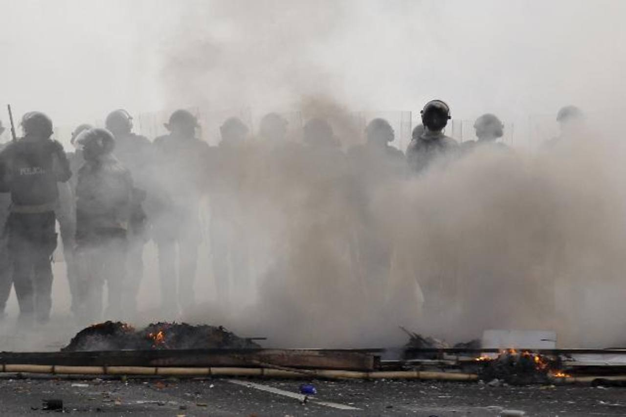 Guardias nacionales venezolanos durante una protesta de la oposición en la autopista de Prados del Este, en Caracas. Foto EDH / REUTERS