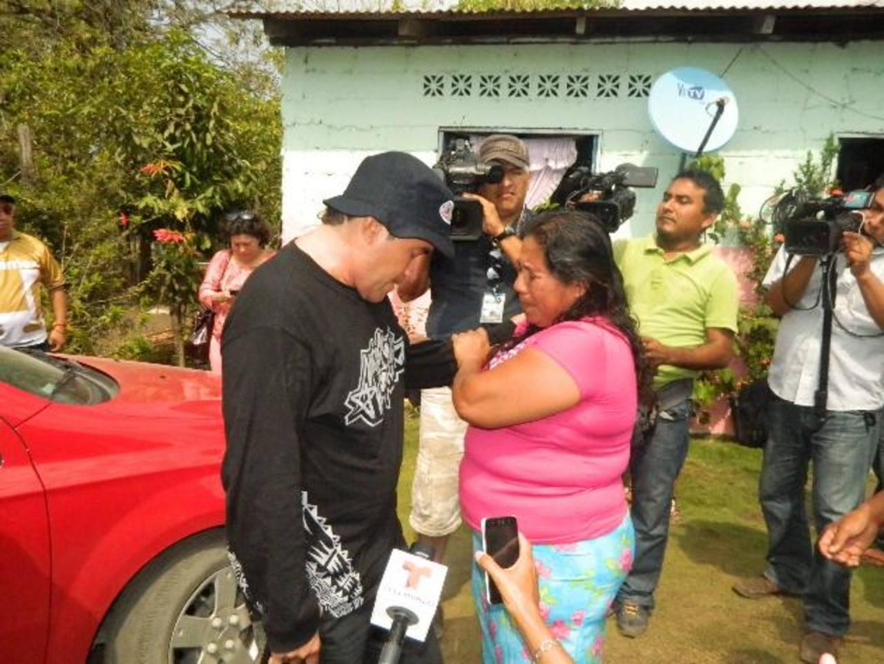 José Salvador Alvarenga habla con la madre de Ezequiel Córdova, su compañero del naufragio fallecido.