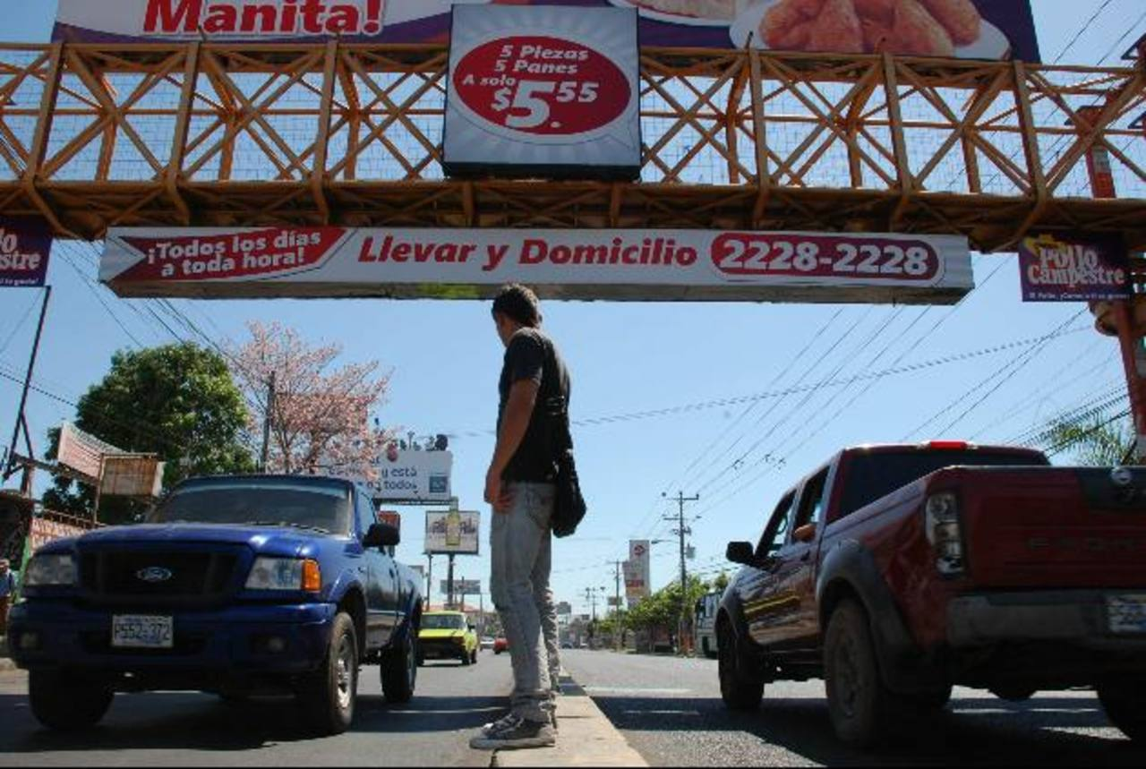 En la Avenida Roosevelt es donde más denuncias registran, según agentes del CAM. Foto EDH / JENNY VENTURA