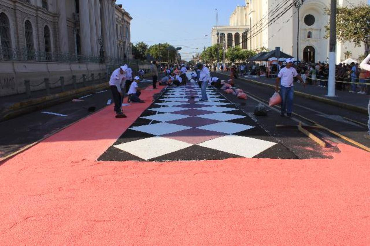 La alcaldía participará como otros años en la elaboración de alfombras para la procesión del santo entierro. Foto EDH