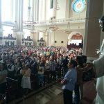 Cientos de salvadoreños acudieron a la misa en honor al Papa Francisco.
