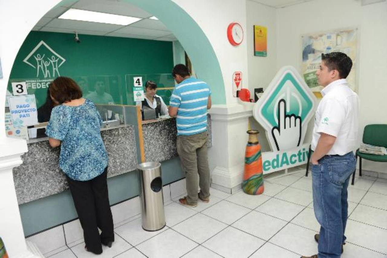 La estrategia no busca competir con la banca, sino acercar servicios a personas no beneficiadas antes. Foto edh / ARCHIVO