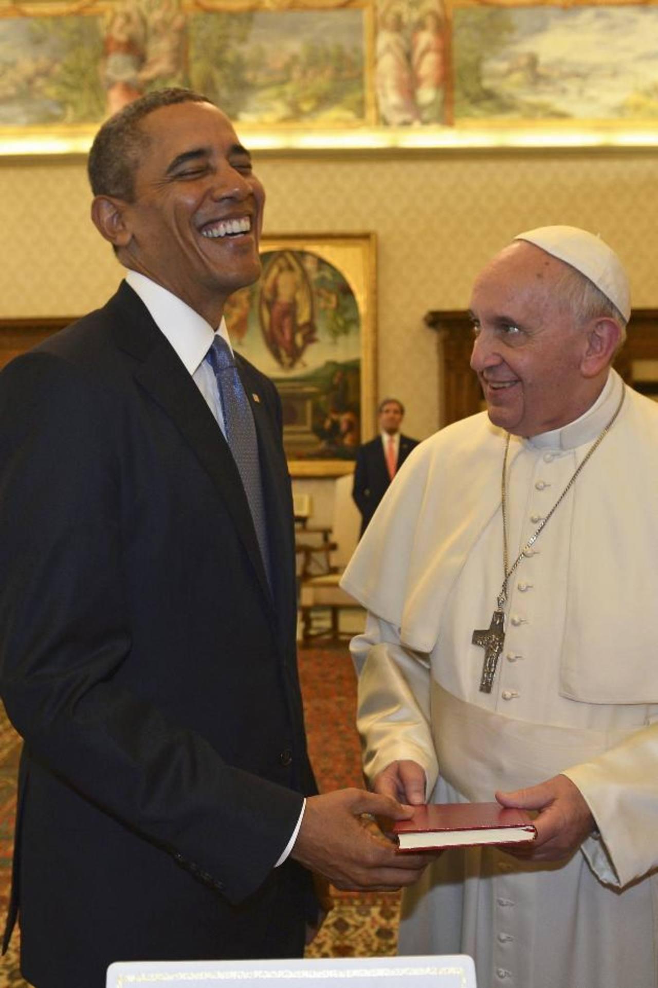 """El Papa Francisco entrega al presidente de EE. UU., Barack Obama, su primera exhortación apostólica """"La alegría del Evangelio"""" en la audiencia privada en el Vaticano. Foto EDH /Reuters"""