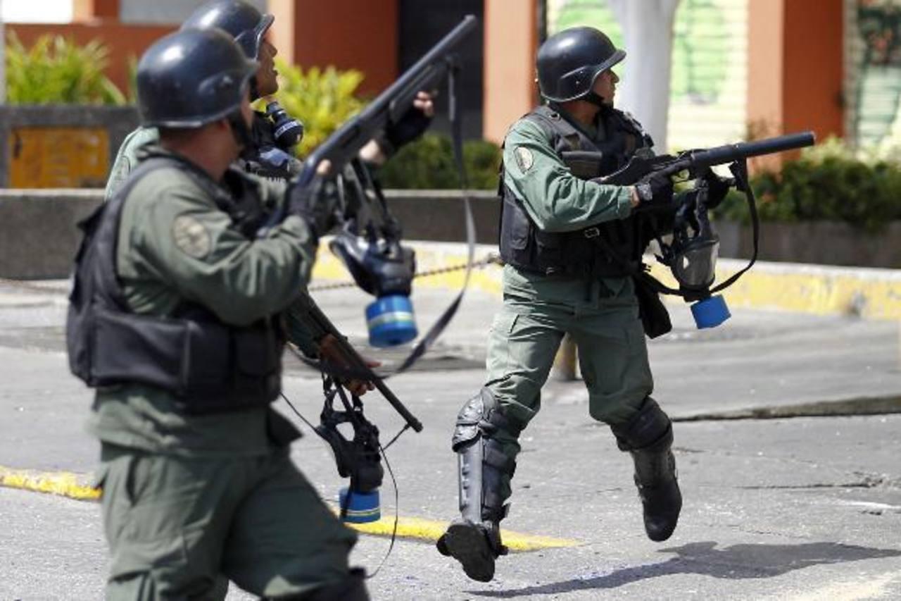 Guardias bolivarianos tratan de repeler una de las protestas en Caracas.