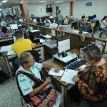 A pesar de que hay un nuevo sistema y de la ayuda estatal, la cobertura de pensión aún es baja en el país. Foto edh /archivo