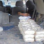 La Policía decomisó 64 paquetes con una cantidad no precisada de dólares ocultos en dos vehículos. Foto/ EFE