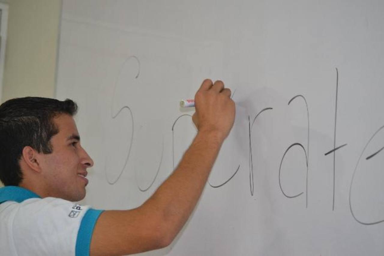 Carlos es un joven luchador que le ayuda a su padre a mantener su hogar. Es el primero de su clase en el Centro Escolar Walter Soundy y estudia en el programa ¡Supérate! foto EDH / cortesía