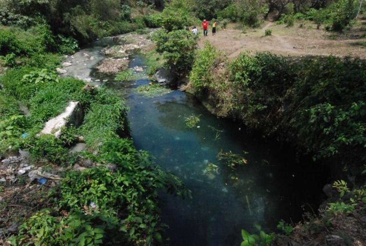 Las personas lamentaron que el sitio que ocupaban como distracción por los nacimientos, esté siendo contaminado por las aguas negras de varias colonias. Foto EDH / CRISTIAN DÍAZ