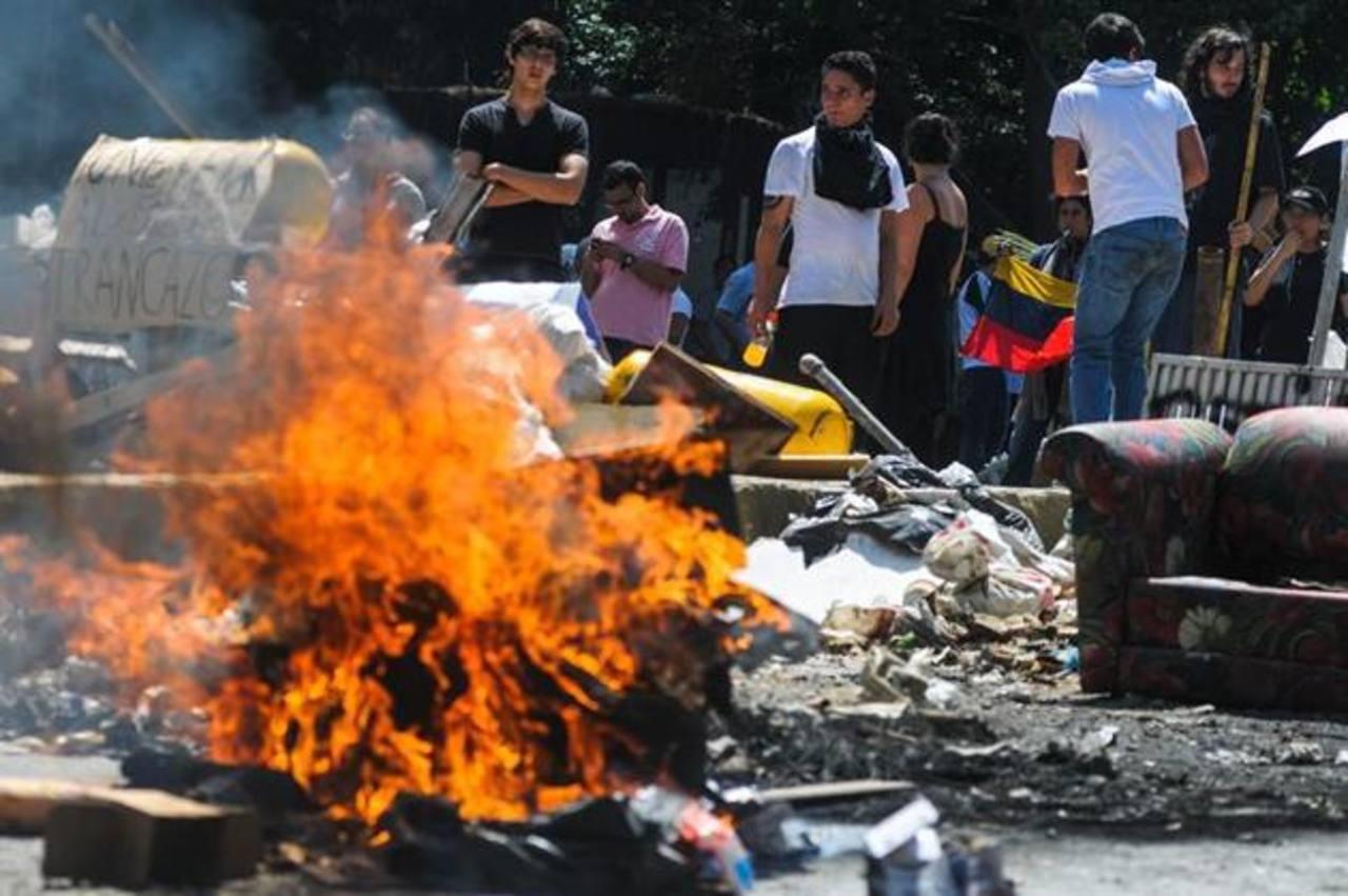Manifestantes opositores bloquean avenidas en la zona este de Caracas. Foto EFE