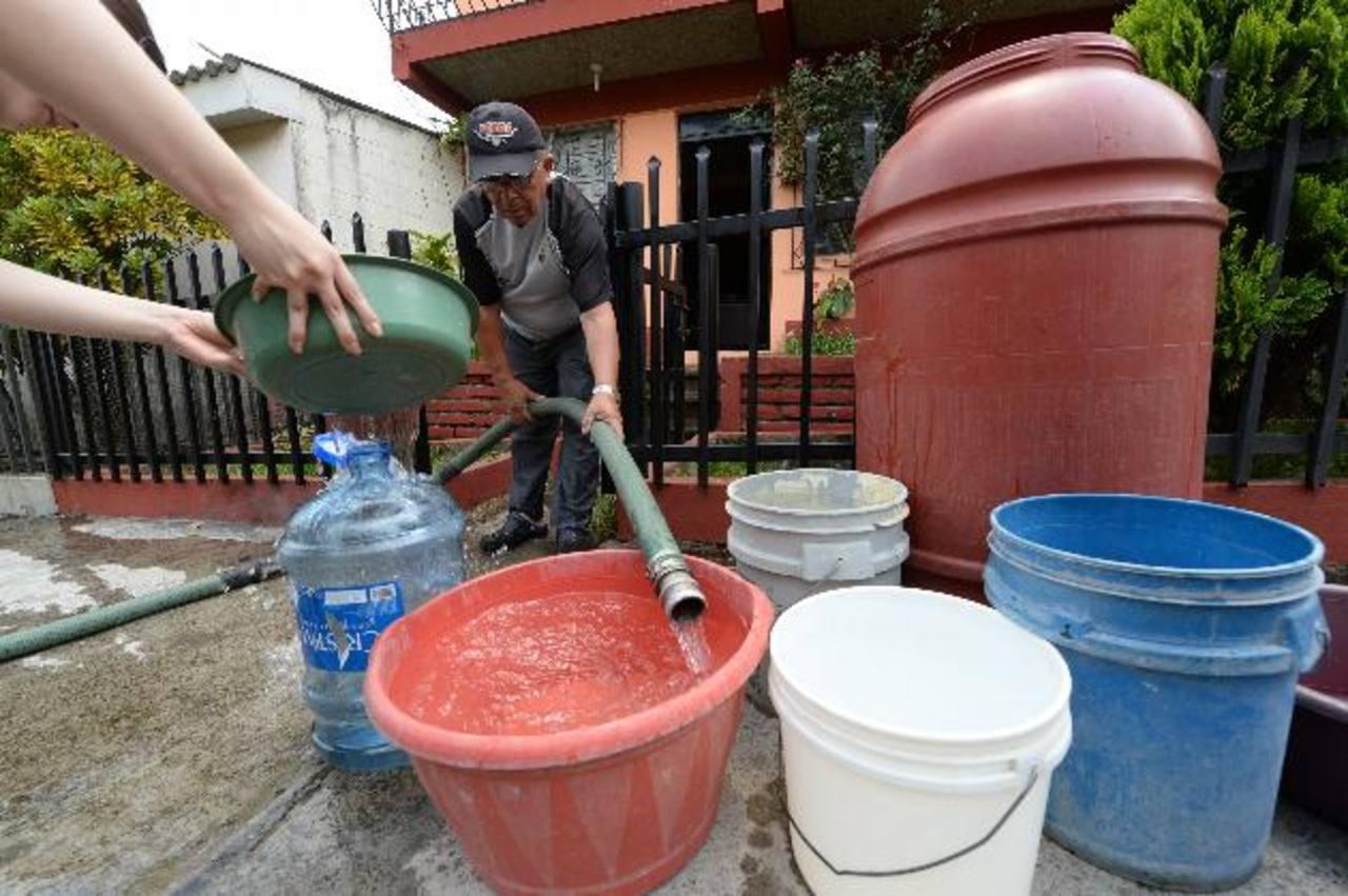 Un afectado por la falta del servicio en Jardines de la Sabana, en Santa Tecla, se encontraba con muy poca agua para suplir las necesidades diarias.Varias pipas llenaron en el plantel de Antiguo Cuscatlán para distribuir en la zona de Santa Tecla y a