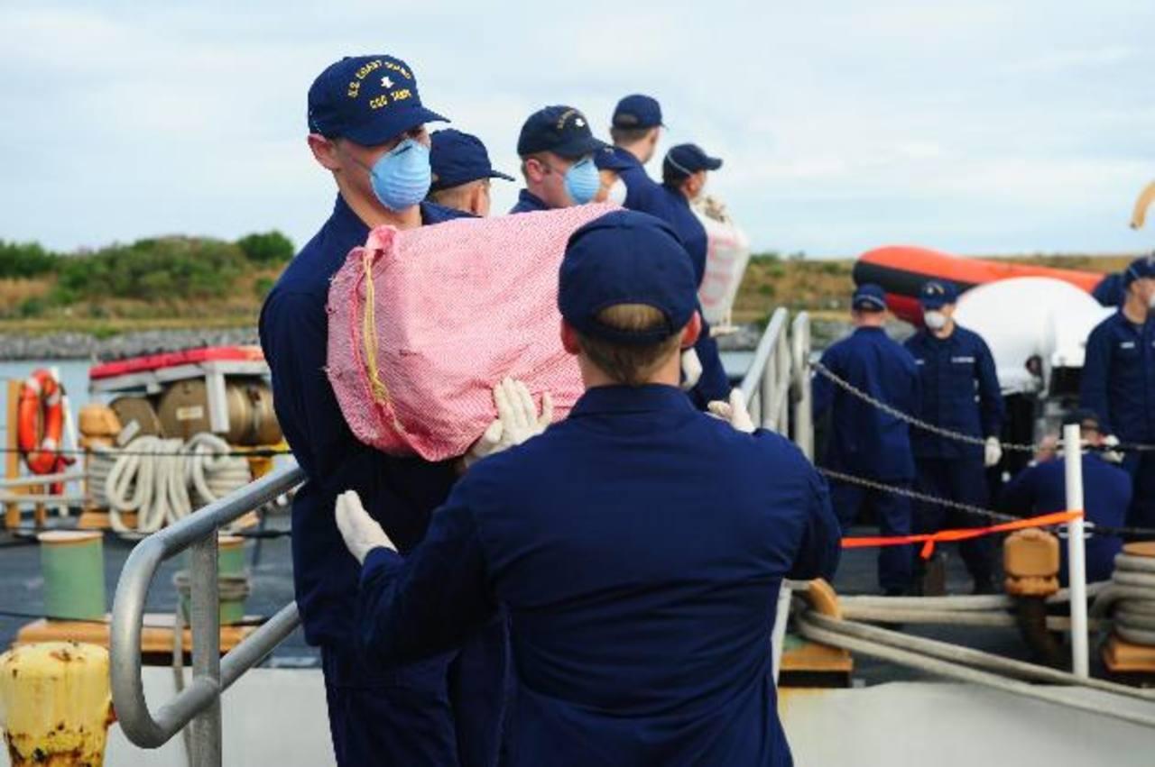 Miembros de la Guardia Costera estadounidense Cutter Tampa descargan casi tres toneladas de cocaína incautada frente a las costas de Panamá en una operación en 2012. foto edh / Archivo