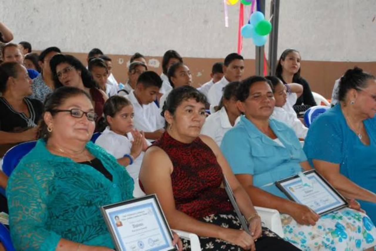 Las galardonadas fueron reconocidas por su esfuerzo en las comunidades, entre ellas agricultoras, docentes que se dedican a atender trabajos de parto y otras. Foto EDH / insy Mendoza.