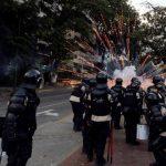 La Policía Nacional Bolivariana se enfrenta a manifestantes opositores en una de las calles de Caracas, ayer. foto edh / AP