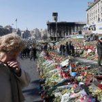 Una mujer llora delante de ramos de flores depositados en memoria de las víctimas de la represión del depuesto dictador de Ucrania, Víctor Yanukóvich, en la plaza de la Independencia en Kiev, Ucrania . foto edh /efe