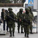 Hombres sin identificar con uniformes militares y armas de fuego patrullan cerca del aeropuerto de Simferopol. edh / EFE