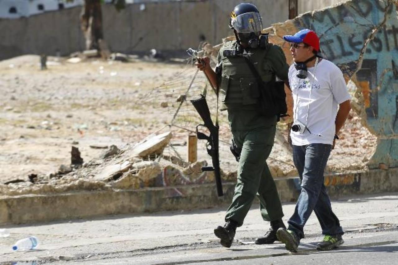 Un guardia chavista se lleva detenido a un opositor. Foto edh / Reuters