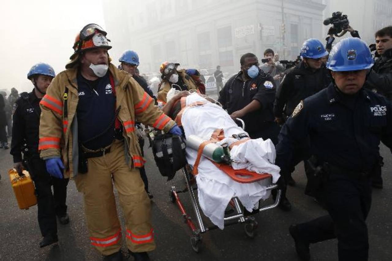 Una víctima es evacuada por personal de emergencia tras el colapso de los edificios en Harlem, Nueva York. foto edh / Reuters