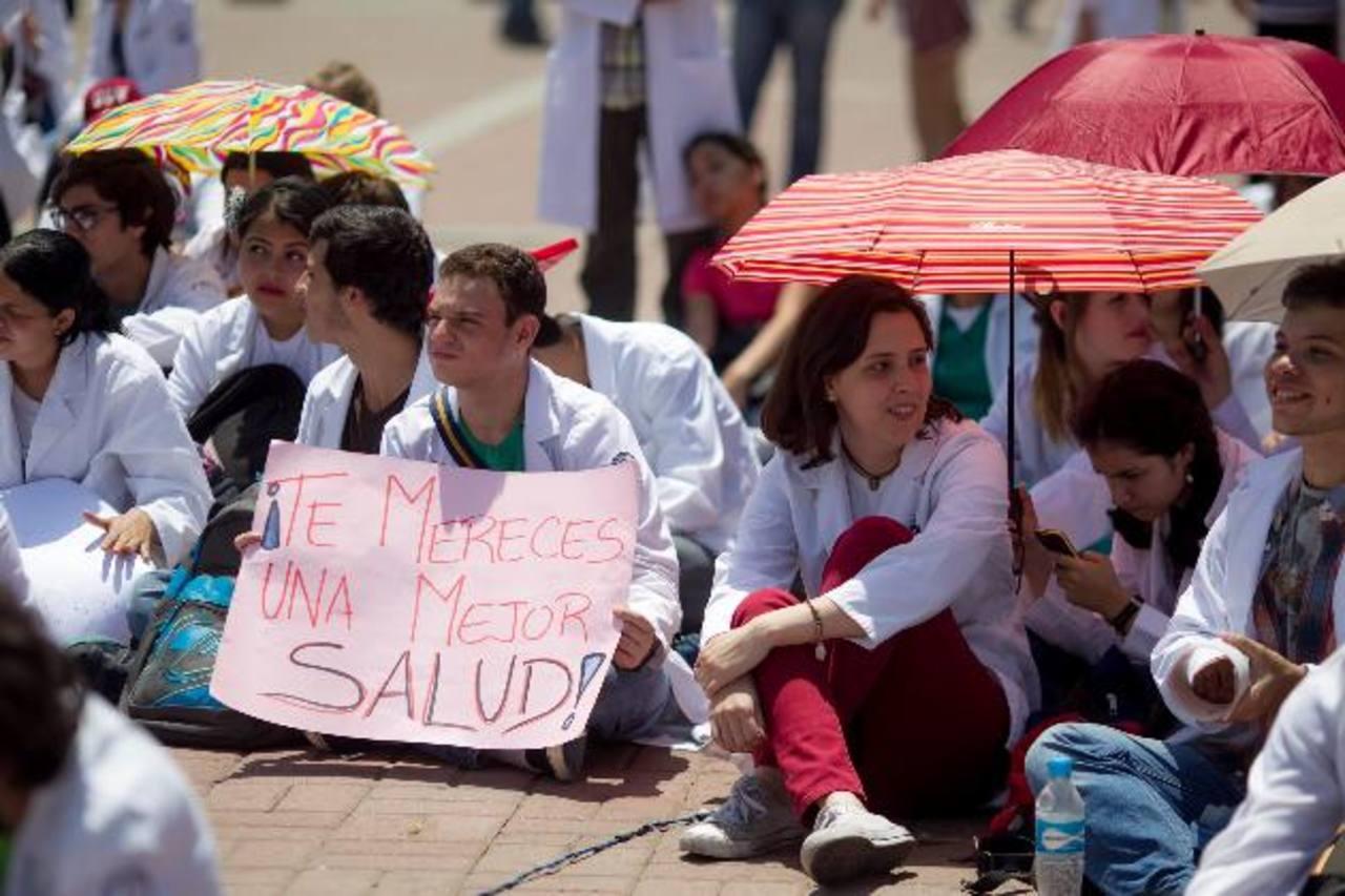 Estudiantes de medicina protestan por la falta de insumos en el sistema de salud.