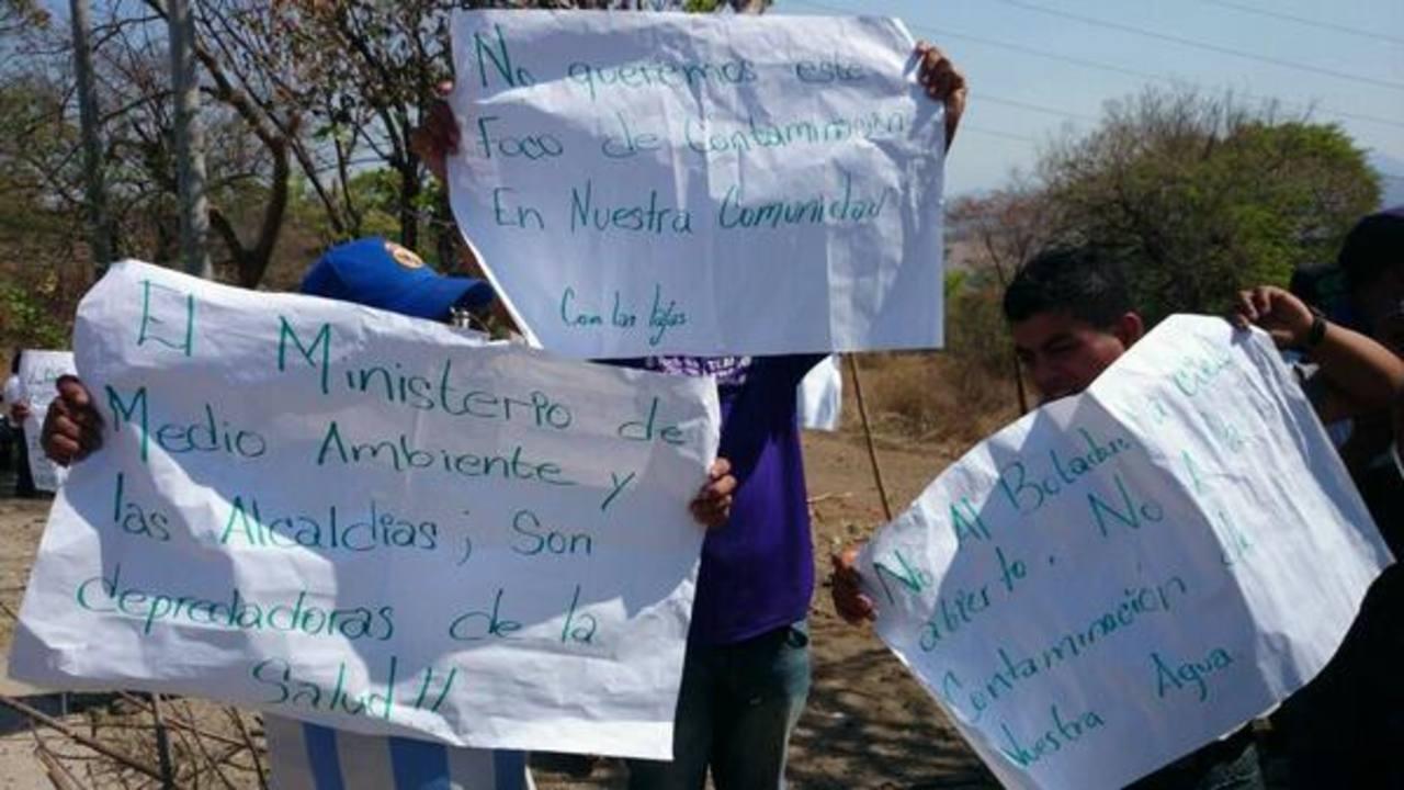 Pobladores impidieron el ingreso de camiones recolectores de basura hacia el relleno sanitario en Santa Ana. Foto vía Twitter Cristian Díaz