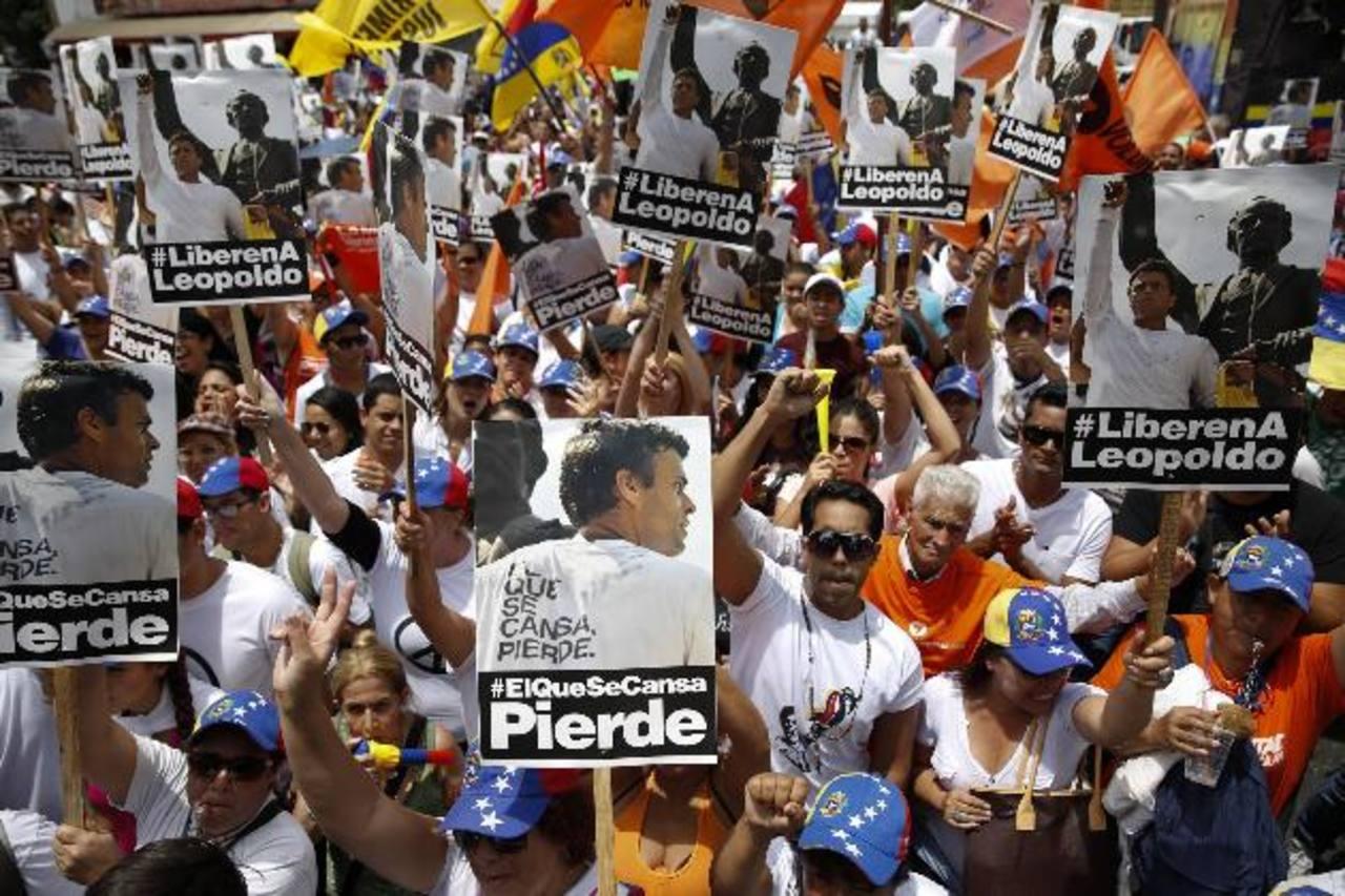 La oposición venezolana se manifestó ayer cerca de una prisión militar a las afueras de Caracas para exigir la libertad del dirigente Leopoldo López y de los presos políticos. foto edh / reuters