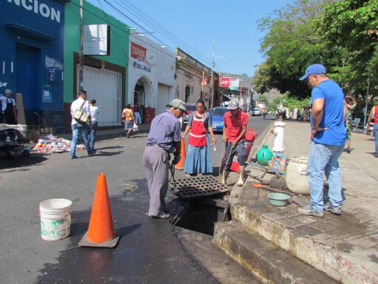 La comuna santaneca se está preparando para el invierno desarrollando un plan de limpieza de tragantes en los contornos de las plazas de abastos. Foto EDH / Mauricio Guevara