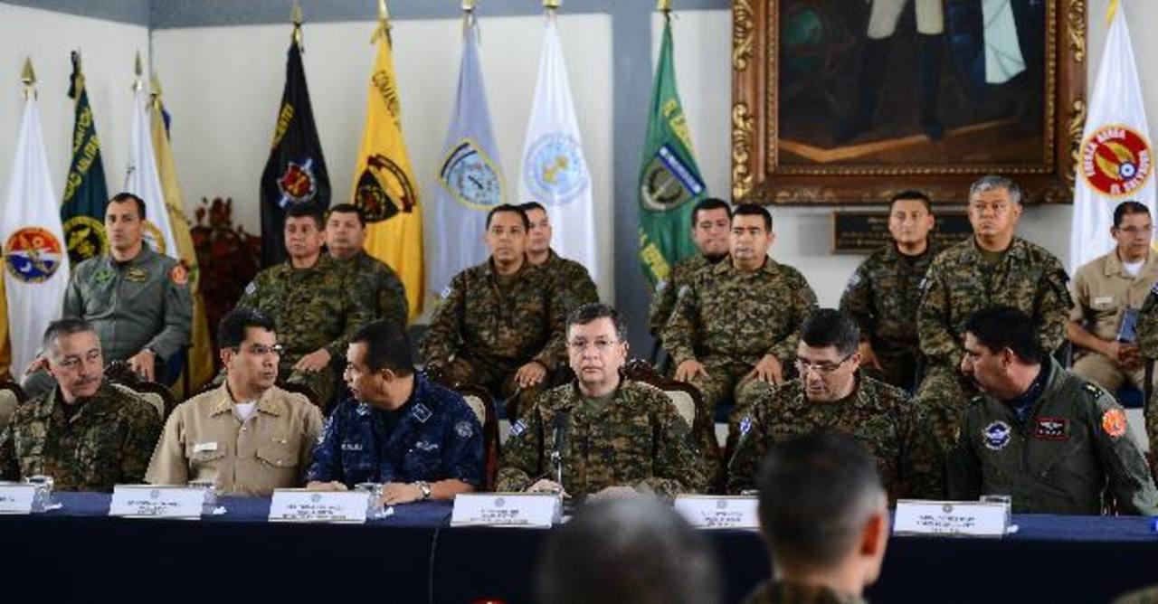 El ministro de Defensa, David Munguía Payés, acompañado del Alto Mando de la Fuerza Armada y comandantes militares.