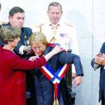 La presidenta electa, Michelle Bachelet (c), recibe la banda presidencial de manos de la nueva presidenta del Senado, Isabel Allende (i), hija del fallecido presidente Salvador Allende, junto al expresidente Sebastián Piñera (d). foto edh / efe