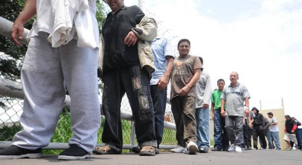 Cientos de salvadoreños han sido deportados desde Estados Unidos; este grupo retornó a finales de 2012. Foto EDH /Archivo