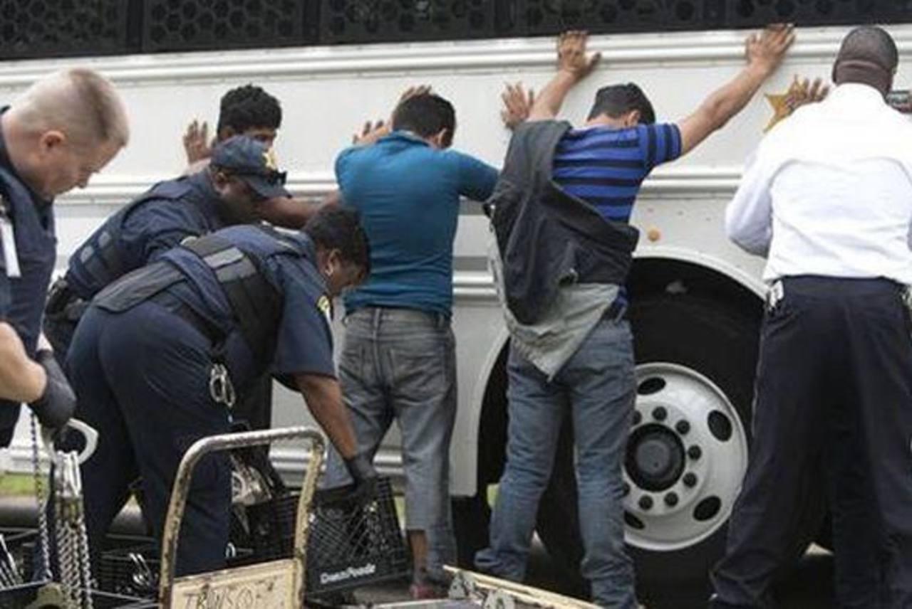 Las autoridades inspeccionan a un centenar de personas el 19 de marzo del 2014 en el sudeste de Houston por supuesta inmigración ilegal. Foto/ AP