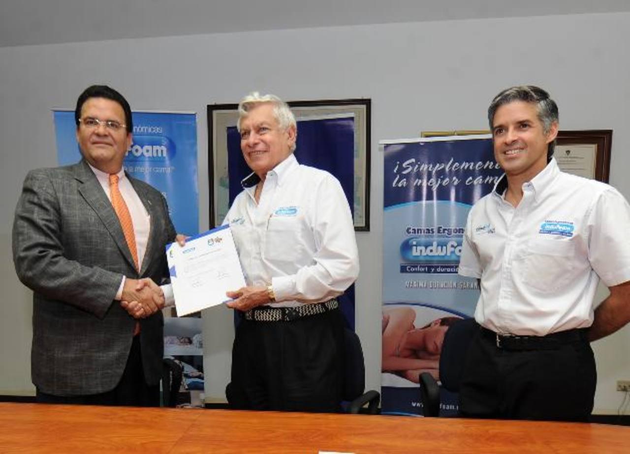 El presidente de Funter, Alfonso Quiñónez, y el presidente de Indufoam, René Toruño. FOTO EDH / HUBER ROSALES