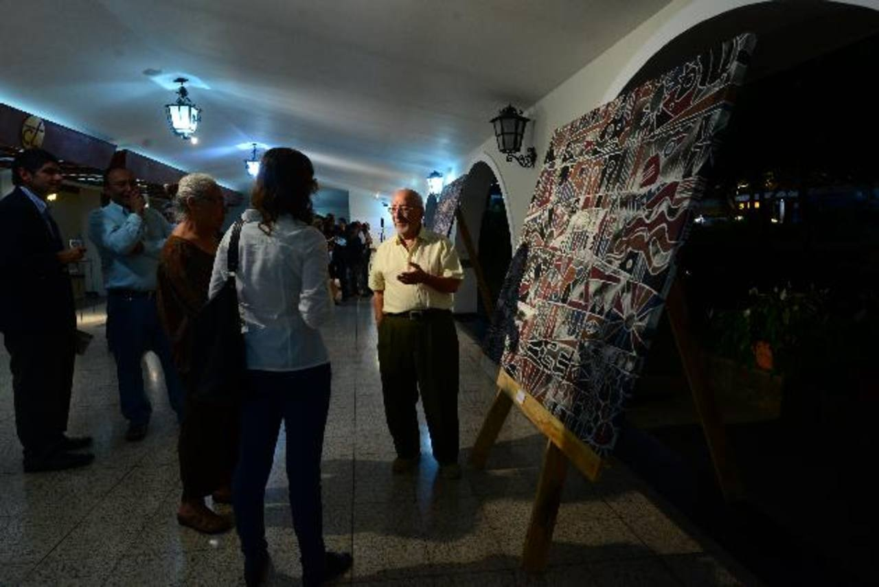 La muestra fusiona pintura y escultura, ambas series c uentan historias que reflexionan sobre el ser humano. En la imagen, Juan Ramón Munés y Pere Daura Sánchez.