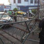 Una mujer que conducía un vehículo chocó contra las barricadas instaladas sobre la 85a Avenida Norte y calle El Mirador de la colonia Escalón, San Salvador. Foto EDH/ Claudia Castillo