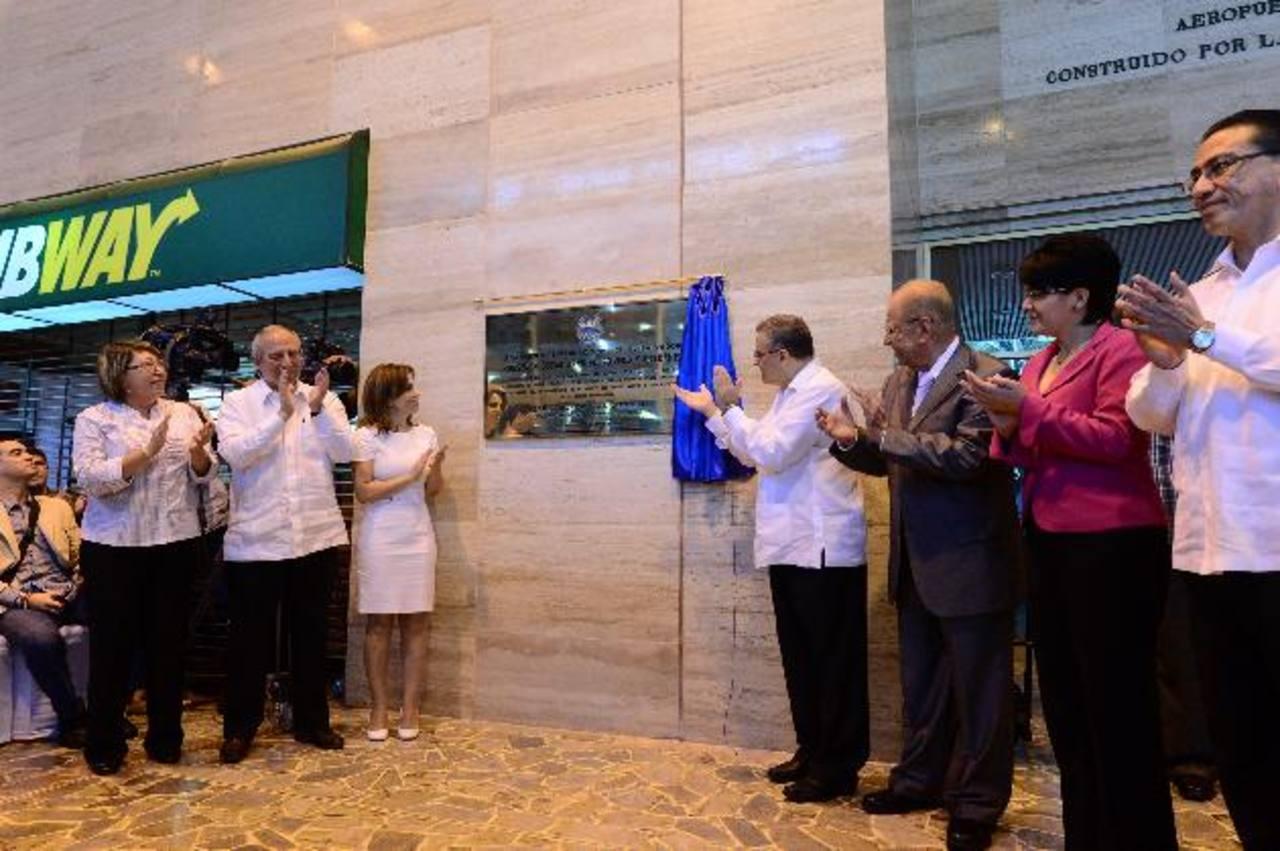 Funes develó ayer la placa en que se denomina el Aeropuerto Internacional Óscar A. Romero. Foto edh / omar carbonero