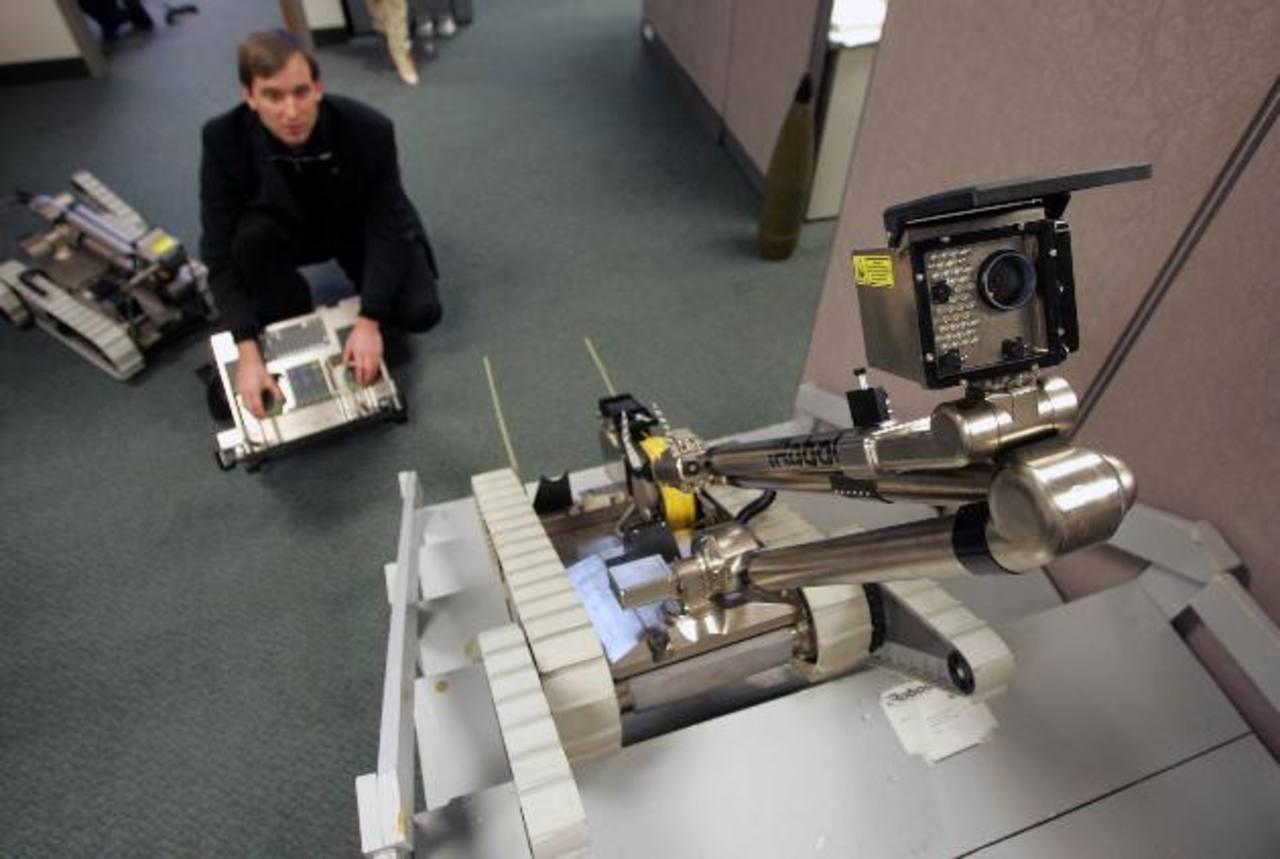 Colin Angle, principal ejecutivo y cofundador de iRobot, manipula un robot que puede usarse para recorrer terrenos difíciles.