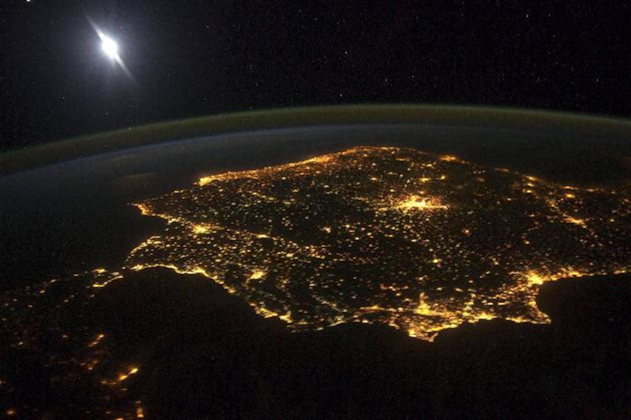 La imagen, tomada el 6 de marzo, permite diferenciar los límites de la atmósfera, la capa de aire que envuelve y protege la Tierra. Foto/ EFE