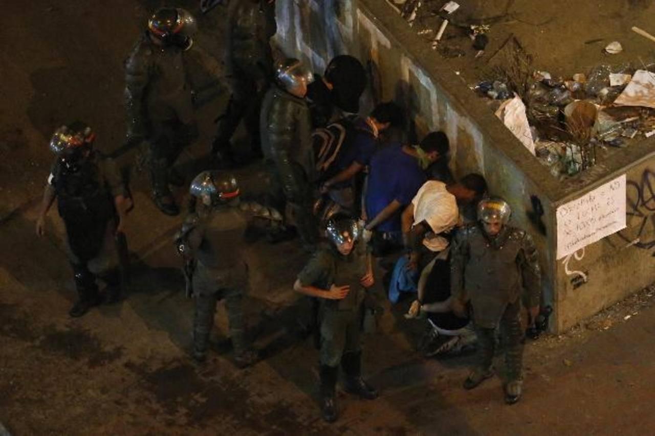 Miembros de la Guardia Nacional sometieron anoche a varios detenidos tras una protesta contra el gobierno de Maduro en la Plaza Altamira en Caracas. Foto edh /Reuters