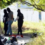 Investigadores de la Policía inspeccionan el sitio donde encontraron el cuerpo desmembrado. Foto EDH / Éricka Chávez