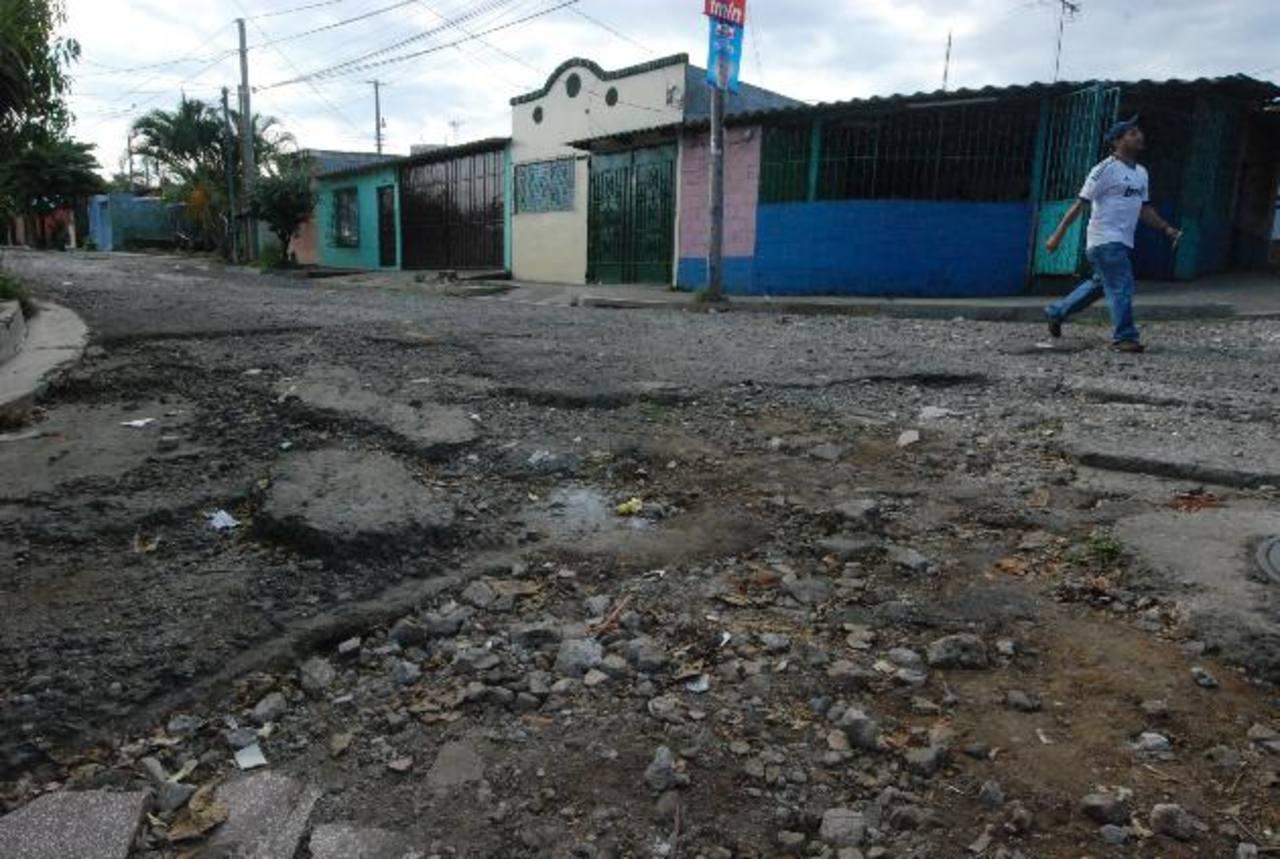 Los habitantes de la urbanización lamentaron que la alcaldía no atienda las calles secundarias. Foto EDH / Cristian Díaz