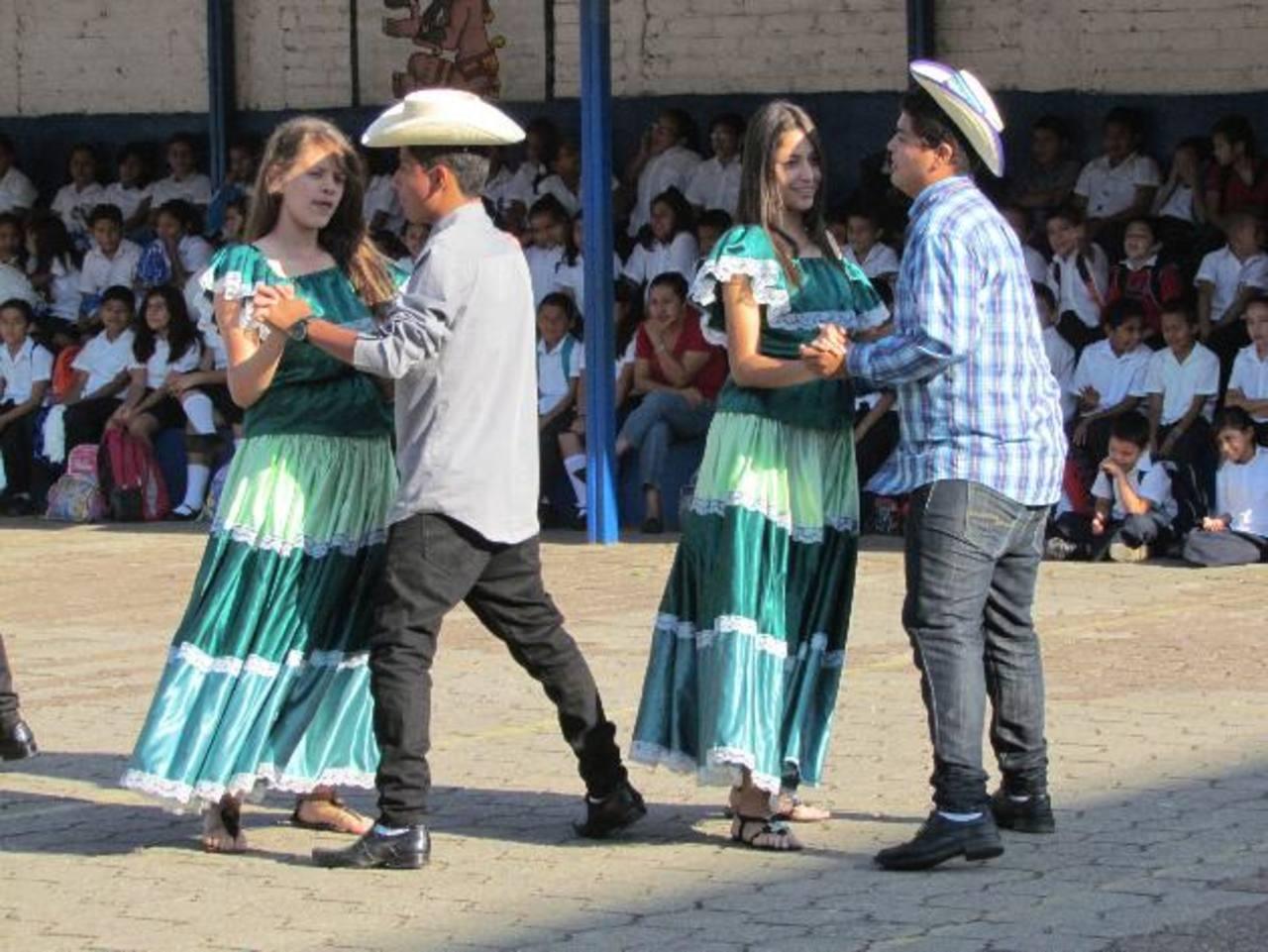 Hubo bailes típicos, presentación de artesanías y productos elaborados a base de maíz. Foto EDH / Mauricio Guevara